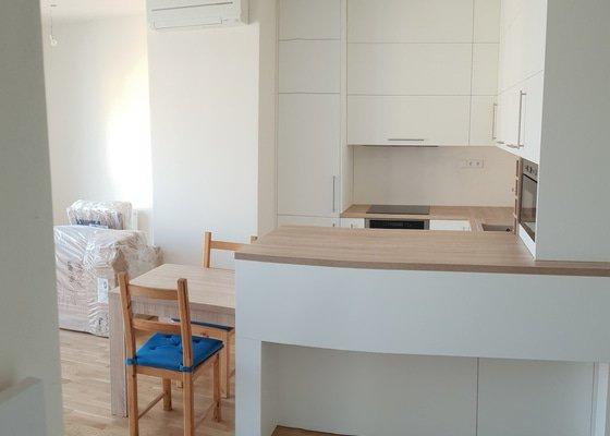 Kvalitní kuchyň na míru + vysouvací stůl z pultu