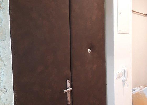 Čalounění dvoukřídlých  vysokých dřevěnných dveří ve starém domě