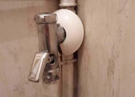 Oprava splachovadla na záchod a výměna baterie umyvadla