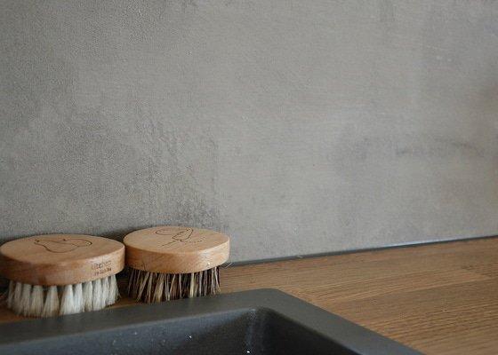 Dekorativní stěrka nad kuchyňskou linkou