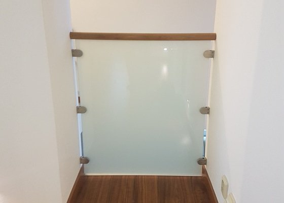 Interiérové zábradlí v RD - nerez/sklo/dřevěné madlo