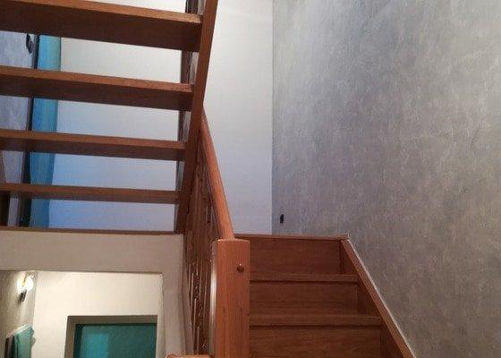 Vymalování schodiště se stropem na každém mezipatře - tři podlaží.