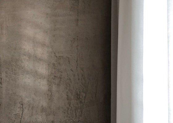 Imitace pohledového betonu v ložnici