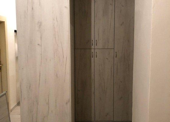 Zhotovit skříň v prostoru v hale