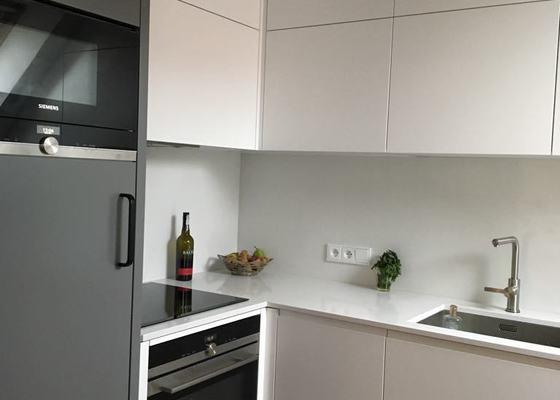 Kuchyňská linka, TV stěna, knihovna, postel