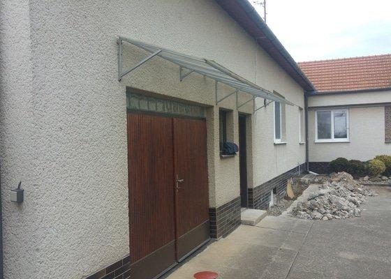 Zateplení fasády, výměna oken a vrat, izolace, položení zámkové dlažby.