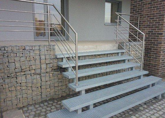 Výroba kovového schodiště před dům