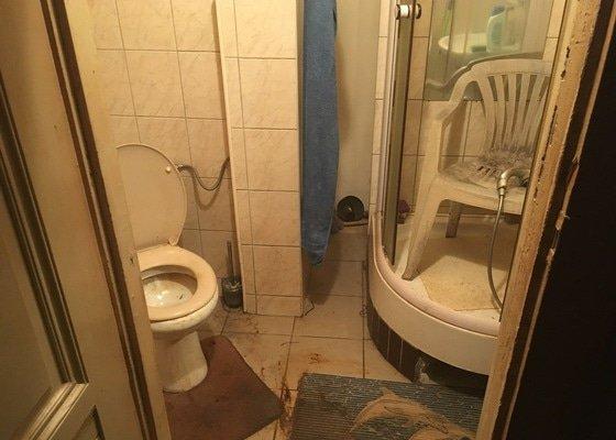 Úklid zanedbané koupelny a WC