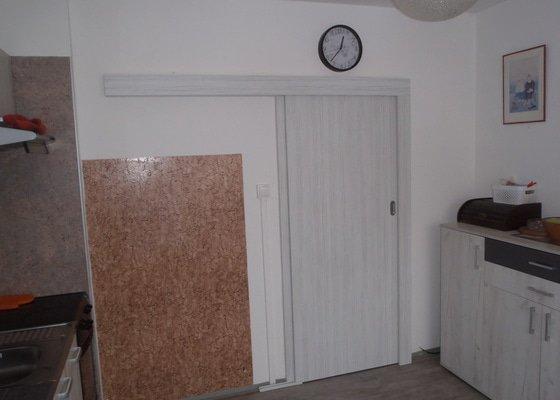 Montáž dveří výmněna za skleněné