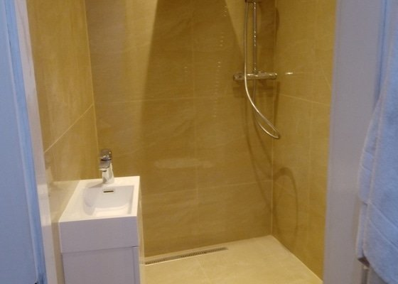 Nová dlažba a zděný sprchový kout v koupelně