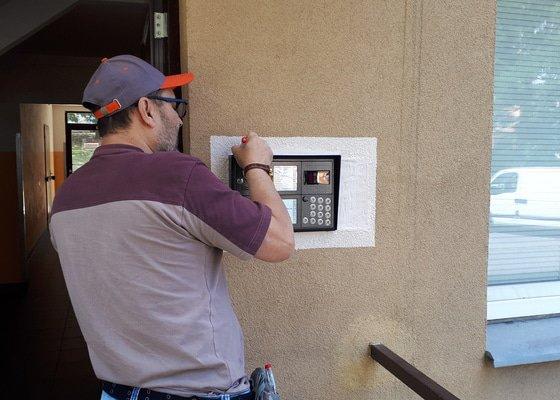 Digitální domovní zvonky s kamerou a čipovým systémem.