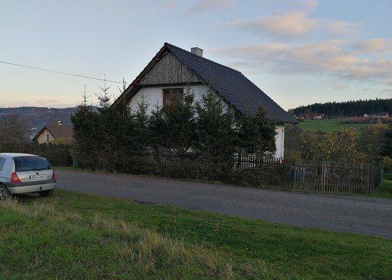 Stavba plotu ze štípaných tvarovek s plotovými dílci (dřevěné nebo kovové). Délka cca 35 m i s bránou a brankou.