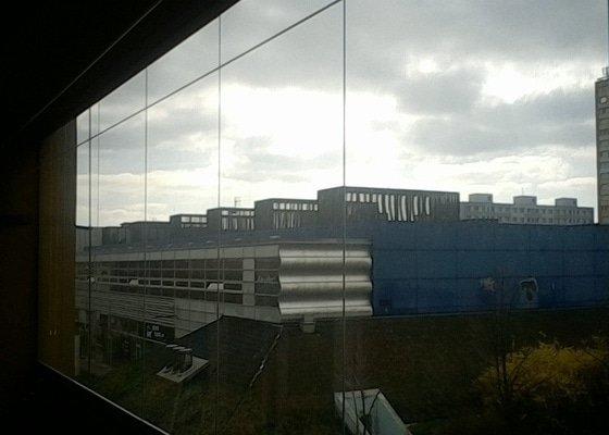 Vertikální žaluzie na zasklený balkon.