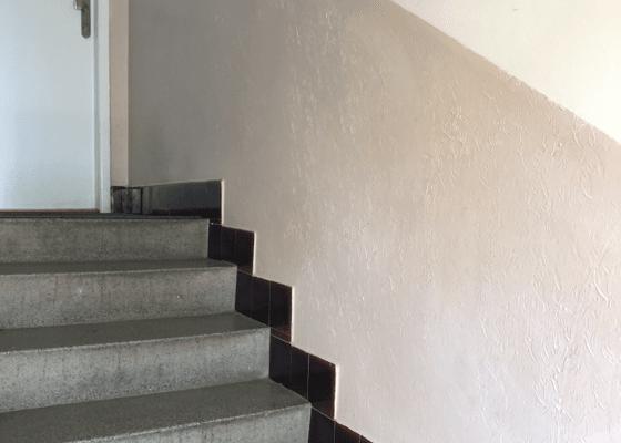 Pokládka kamenného koberce na zeď podél schodiště