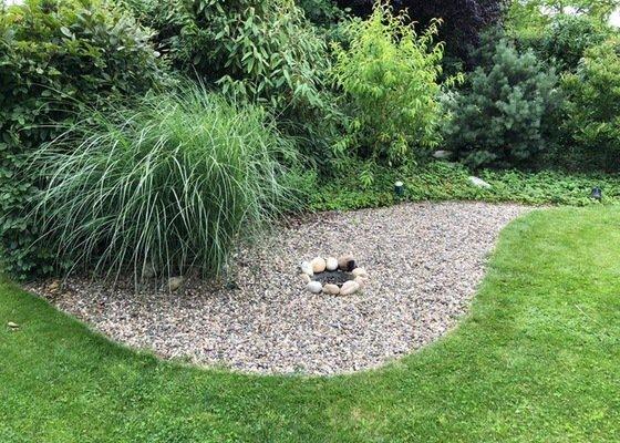 Pokládka kamenné dlažby na zahradě