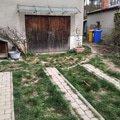Stav u garáže, také místo trávy mlat.