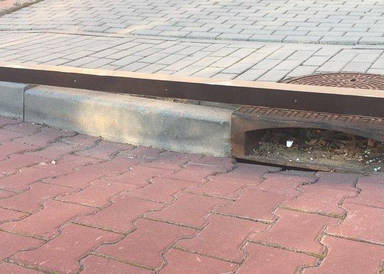 Oprava chodníku a znovuusazení kanálu