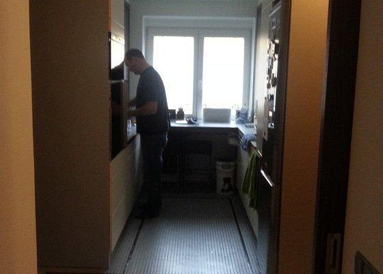Instalace termoizolačních fólií na okna