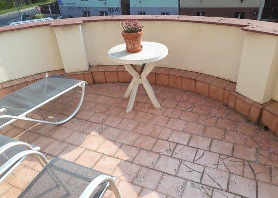 Oprava dlažby na půlkruhovém balkonu u bytu