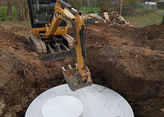 Výkop a usazení retenční nádrže k rodinnému domu, vykopání a napojení odvodu vody z okapů