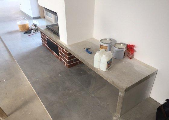 Betonová stěrka na krbovou římsu a přilehlou betonovou lavici