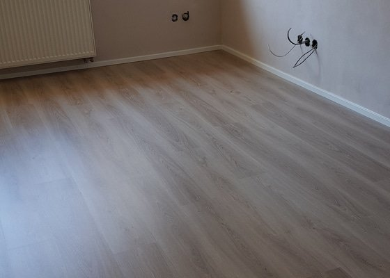 Pokládka plovoucí podlahy (lamino/vinyl)