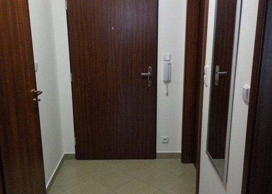 Vybourání a položení nové dlažby v chodbě bytu , 4 m2