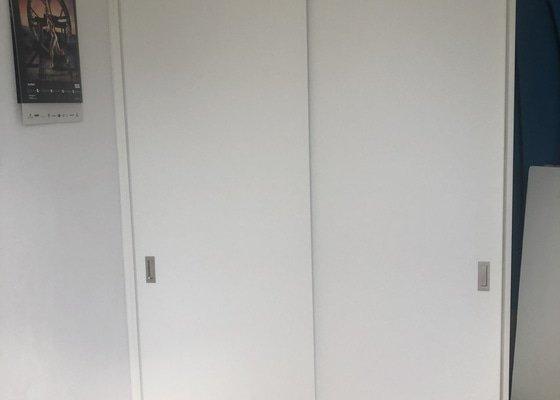 Skříň se posuvnými dveřmi
