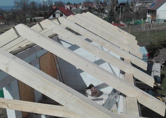 Vazníky na střechu novostavby malého domku