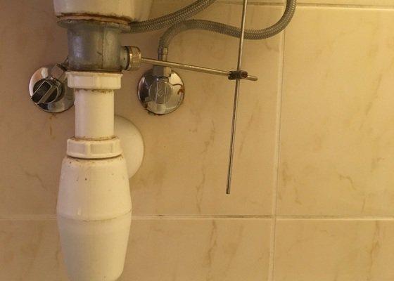 Netesni sifon pod umyvadlem + ucpany odtok odpadu