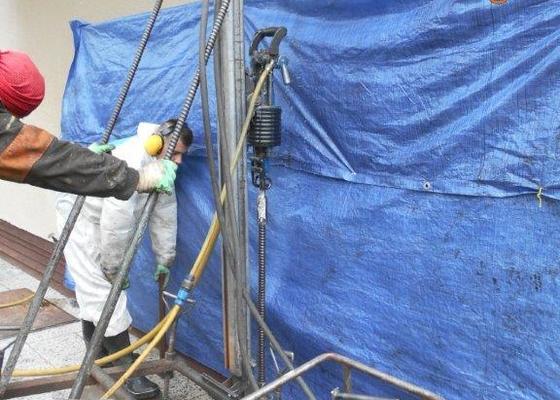 Betonové zpevnění základů (injektáž) popřípadě svázání věnce při praskání stěn rodinného domu