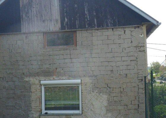 Zateplení štítu domku, výměna okna a omítnutí zdi.