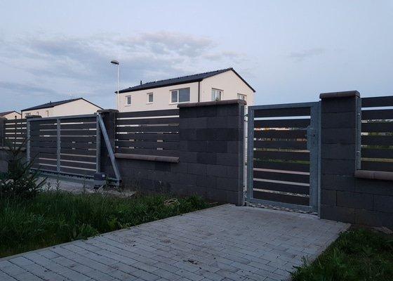 Vjezdová posuvná samonosná brána a branka