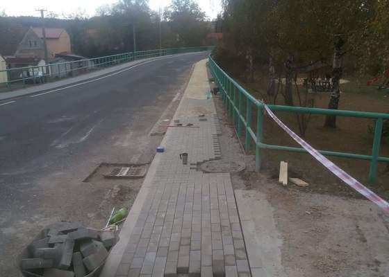 Realizace chodníků  v obci.