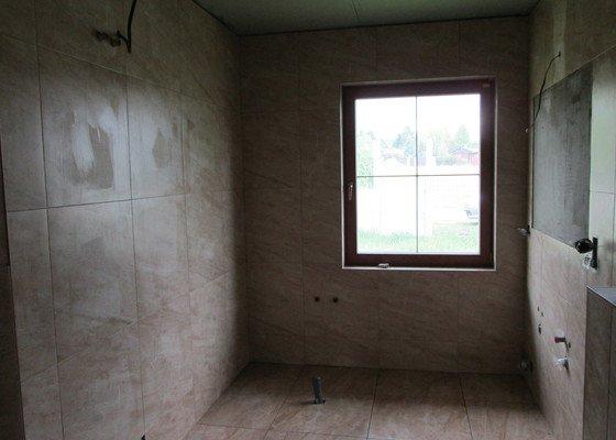 Provedení obkladů a dlažby v koupelně v novostavbě rd