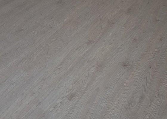 Rekonstrukce podlahy - položení plovoucí podlahy 4  pokoje