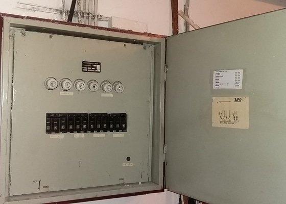 Zrušení pojistkové skříně a oprava světla.