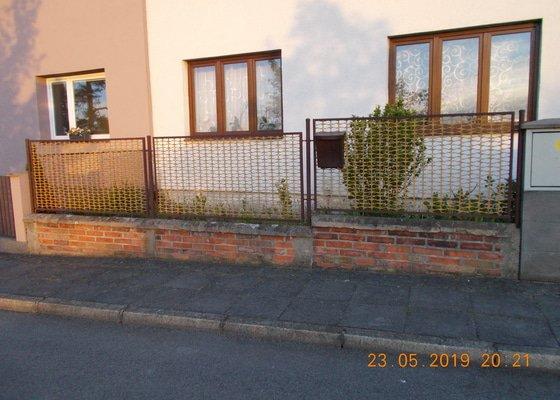 Stavba kovového plotu, branky a brány