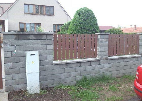Brána, branka a 4 ks plotových polí.