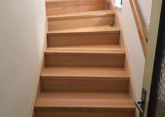 Výměna dřevěného schodiště po vytopení, 15 stupňů, buk
