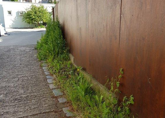Úprava zeleně ve dvoře u firmy