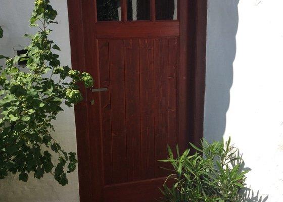 Výroba dřevěných dveří do maštale