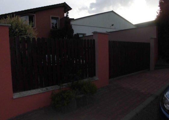 Natažení finální fasády na plot.