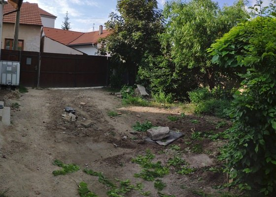 Uprava terenu pred rodinnym domem.specificky strzeni terenuna plose cca 5x8m, odvoz suti, priprava pro dlazbu.