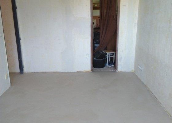 Vyrovnání podlahy nivelační stěrkou v panelovém bytě 53m2