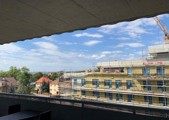 Přivrtání stinících rolet do stropu balkonu