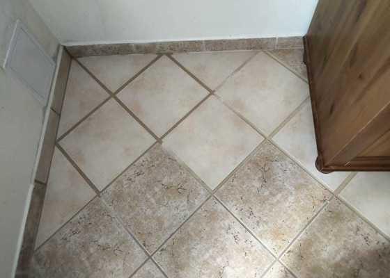 Po havarii vody vrátit do původního stavu podlahu a stěnu