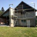 Před rekonstrukcí s postaveným lešením.
