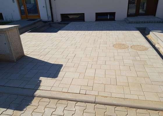 Položení zámkové dlažby před domem - parkovací místo, chodník