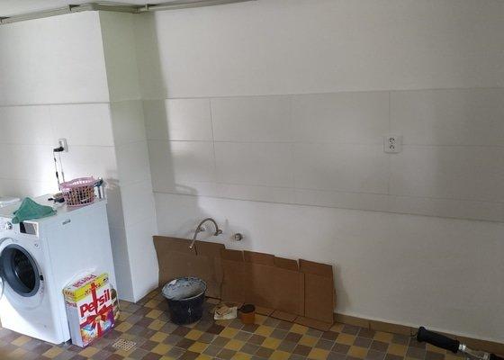 Kuchyňskou linku a zástěnu na toaletu